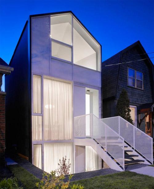 منزل عصري  مع واجهة زجاجية حديثة