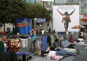 أشخاص يصطفون لشراء تذاكر فيلم جاكسون في كاليفورنيا يوم الجمعة. تصوير: داني مولوشوك