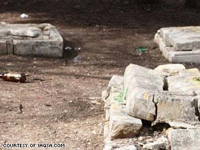 صورة نشرتها المؤسسة وقالت إنها تحوي انتهاكات للمقبرة